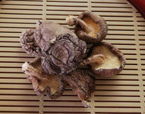 熊本県産干ししいたけがザルの上に載っている画像